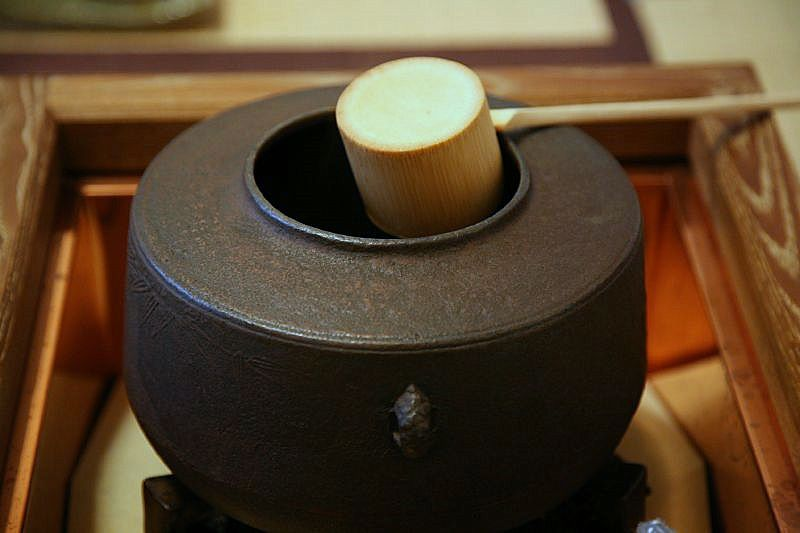 http://japan-web-magazine.com/images/japanese-tea/japan-japanese-tea-ceremony1.jpg