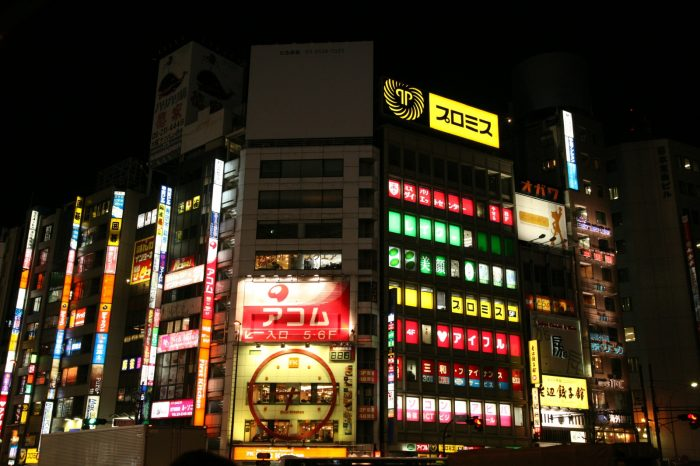 夜の新宿の風景