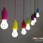 ニッコリ笑顔になれる電球型のLEDスマイルランプ! どこでも吊り下げられるから、いろんなシーンで大活躍!