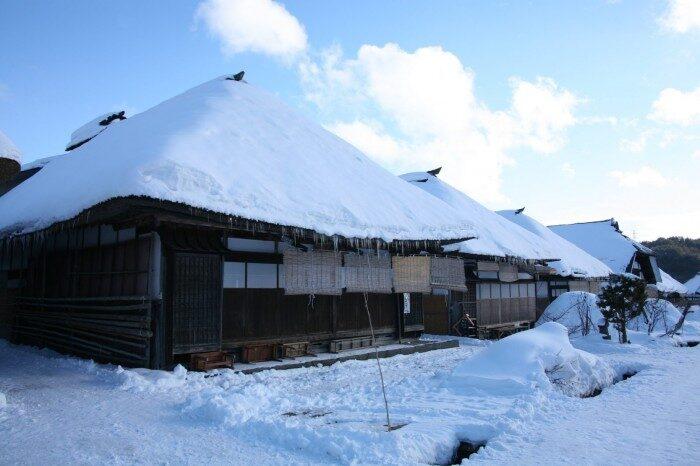 大内宿 雪の中の家々