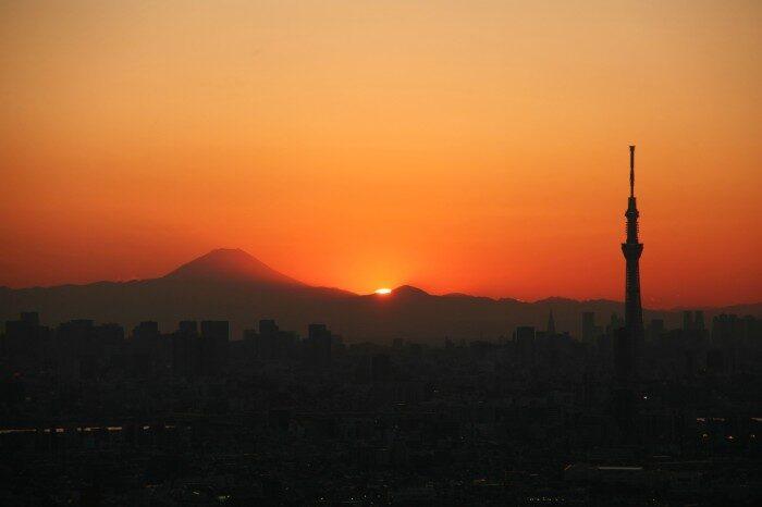 富士山と東京スカイツリーと夕日