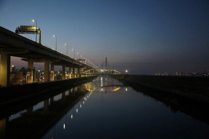 夜明けの首都高と綾瀬川