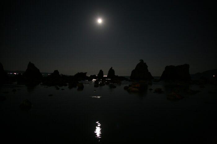 満月の夜の橋杭岩