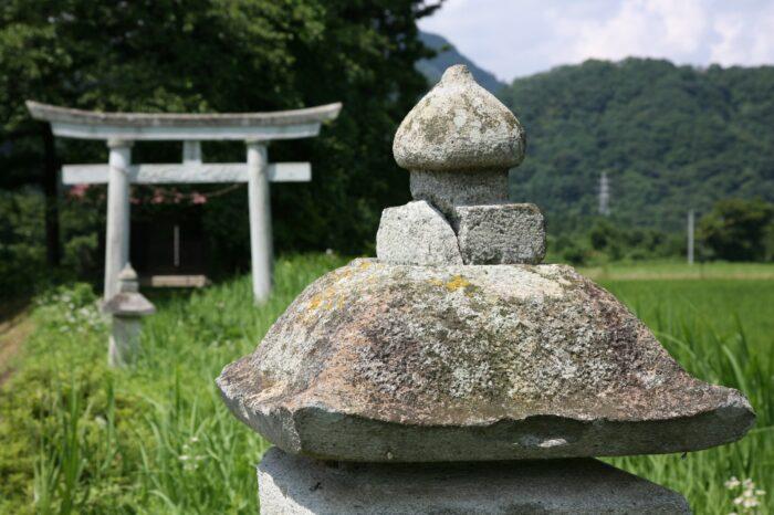 石灯籠と鳥居