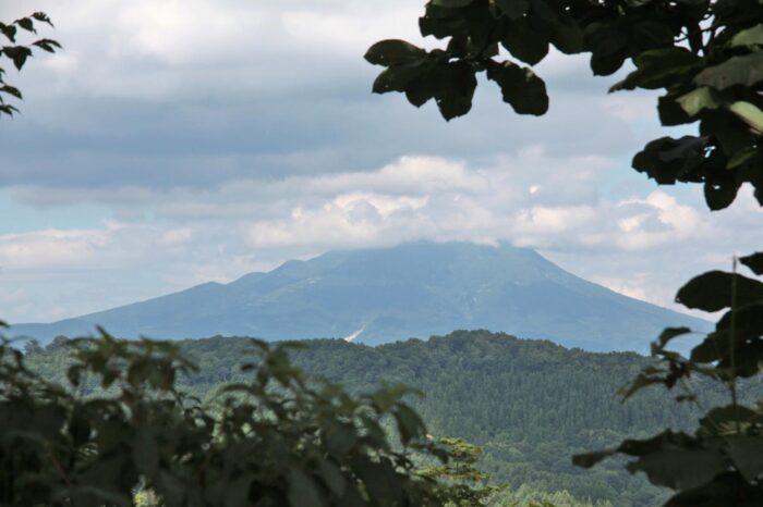 白神山地 津軽峠から岩木山を望む