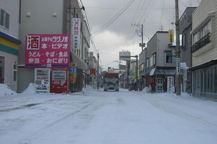 日本各地の冬の風景「青森 深浦駅前」