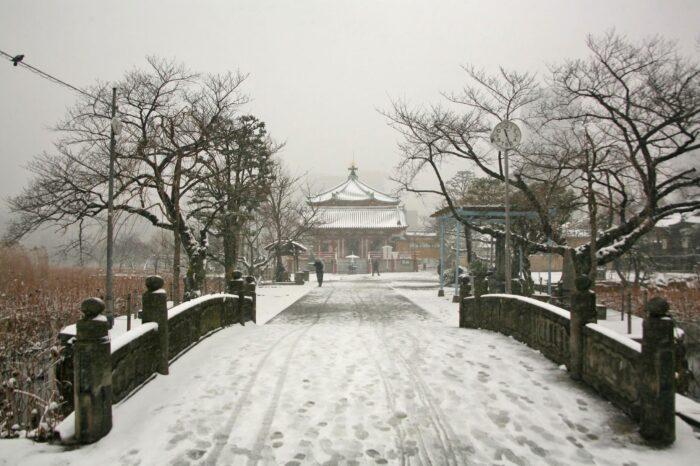 雪の日の不忍池弁天堂
