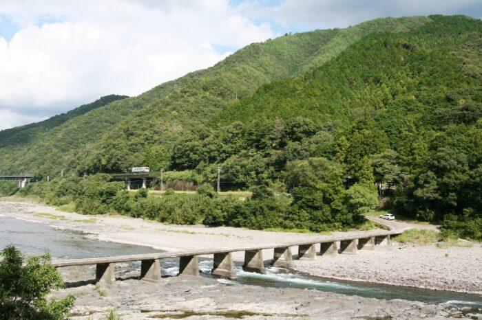 四万十川の流れる美しい風景の中を行く予土線