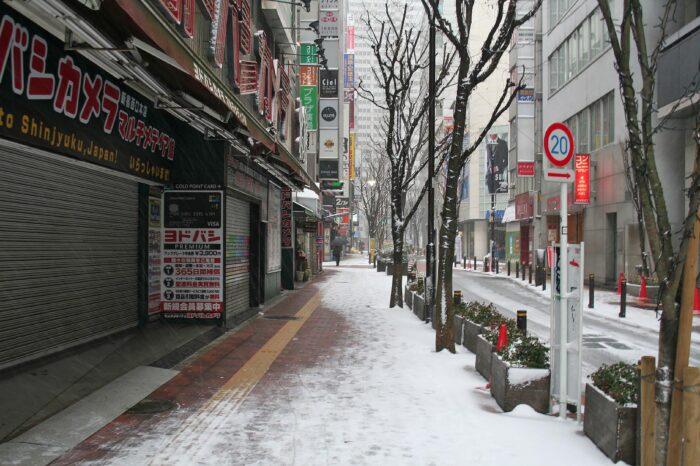 雪の新宿の風景