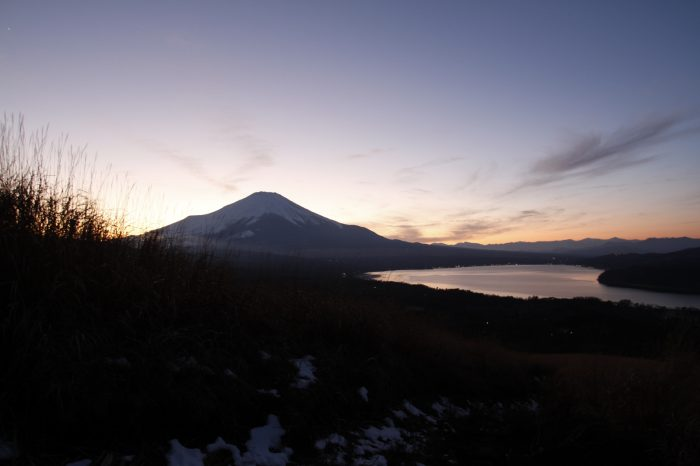 夕暮れの山中湖と富士山