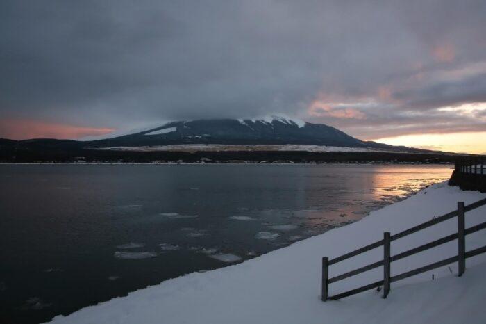 冬の山中湖と富士山