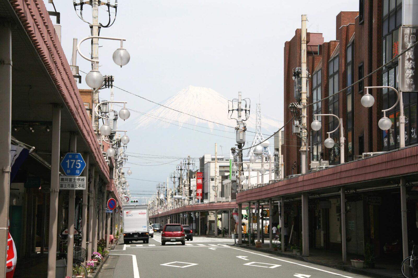 富士市内から見る春の富士山