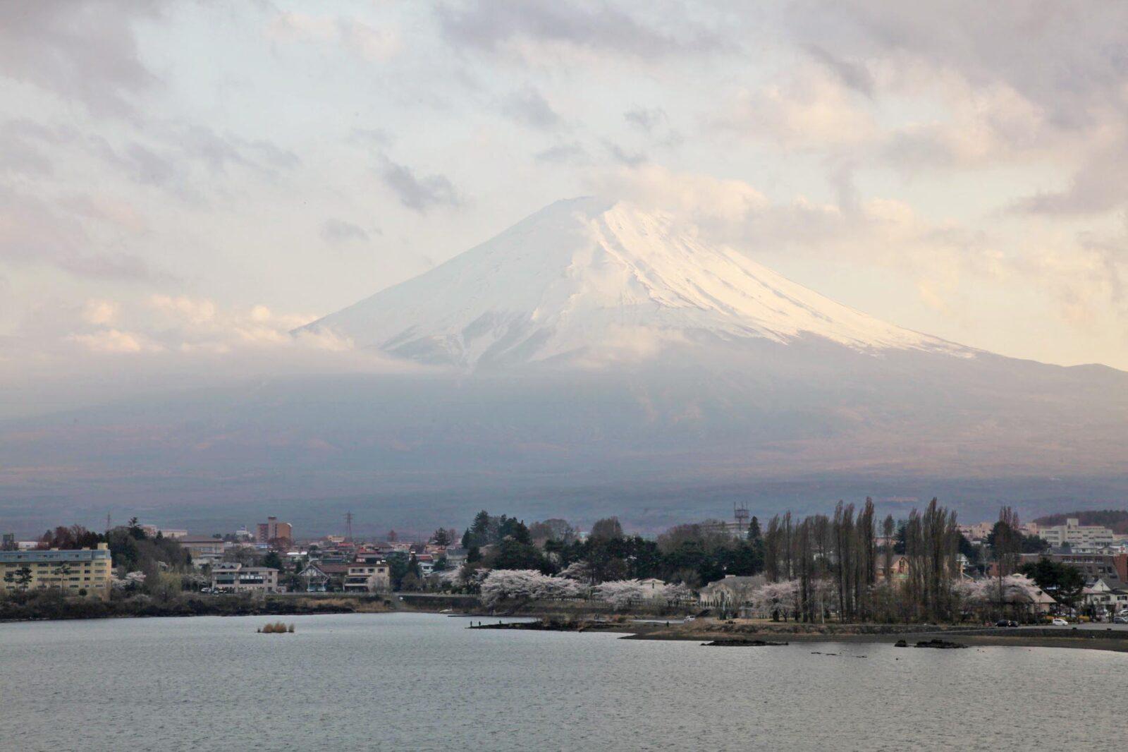 夕暮れの富士山 春の富士山